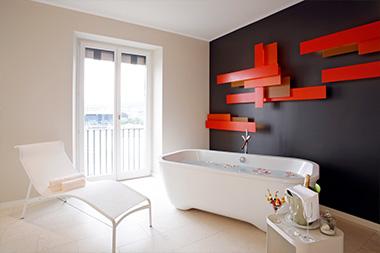 Freistehende Badewanne mit Liegestuhl Hotel Schweizerhof