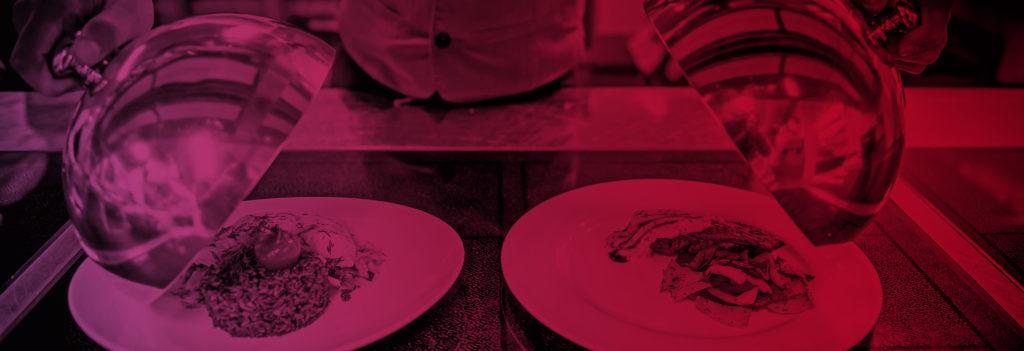 nahaufnahme von zwei Tellern mit Essen drauf