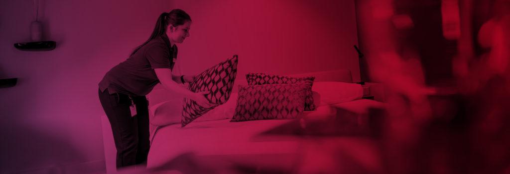 Headerbild Hotelangestellte macht ein Bett