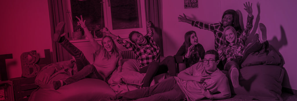 Headerbild Über Uns Jugendliche auf Sofa und lachen und winken in die Kamera