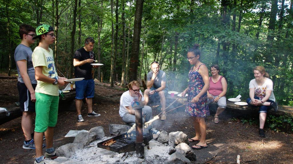 Ausflug zum Bräteln im Wald mit den La Capriola Teilnehmenden