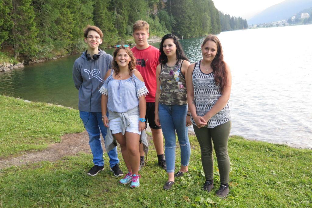 Jugendliche der La Capriola Stiftung vor einem See