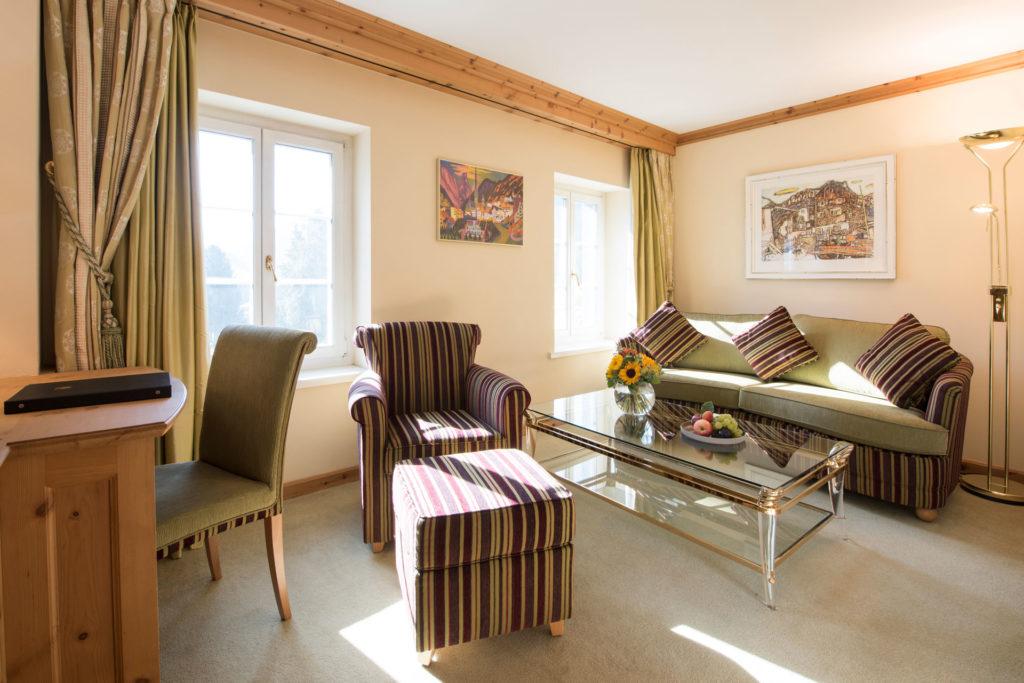 Wohnzimmer einer Hotelsuite mit Sofa und Sessel