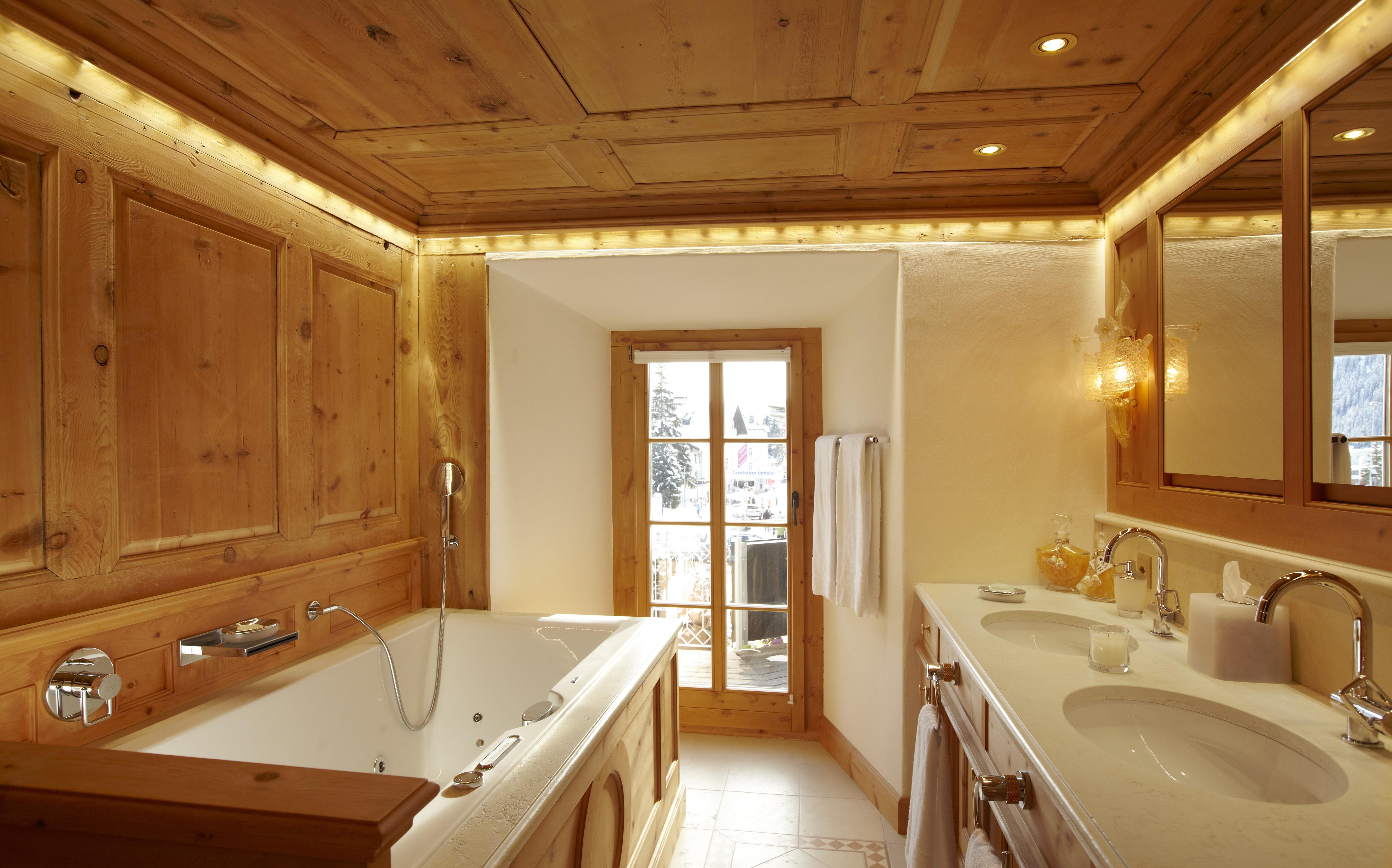 Hotel Seehof Parsen Badezimmer Mit Schöner Holzdecke Und Badewanne