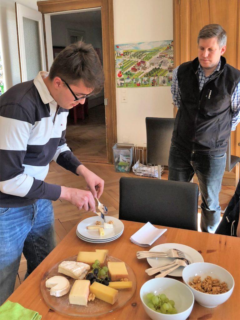 Ein Lehrling bereitet einen Teller mit Käse und Früchten vor bei der Ausbildung in der Blockwoche in Luzern