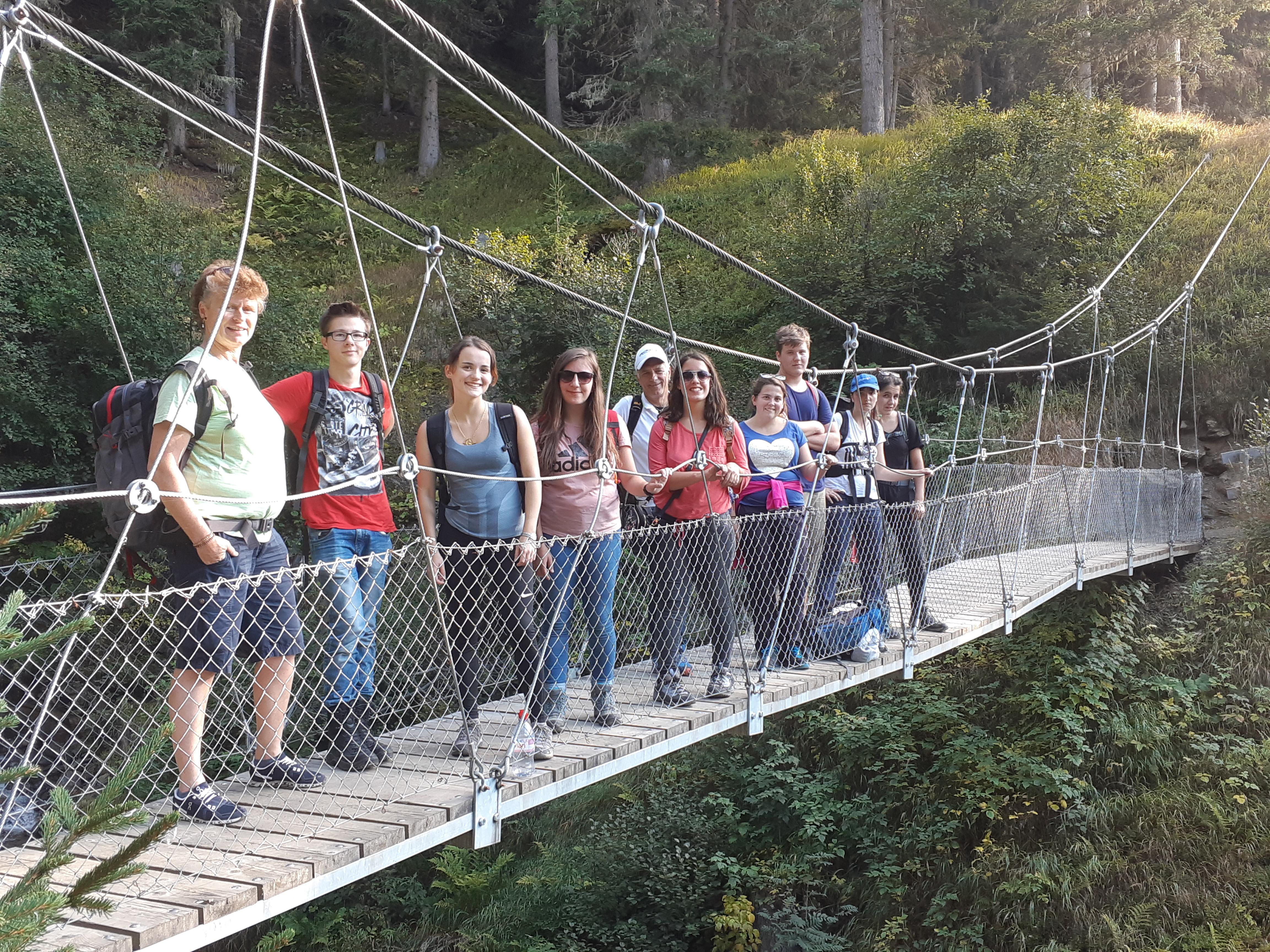 Einstiegswochenende In Sertig Davos: Bild Der Jugendliche Auf Einer Hängebrücke