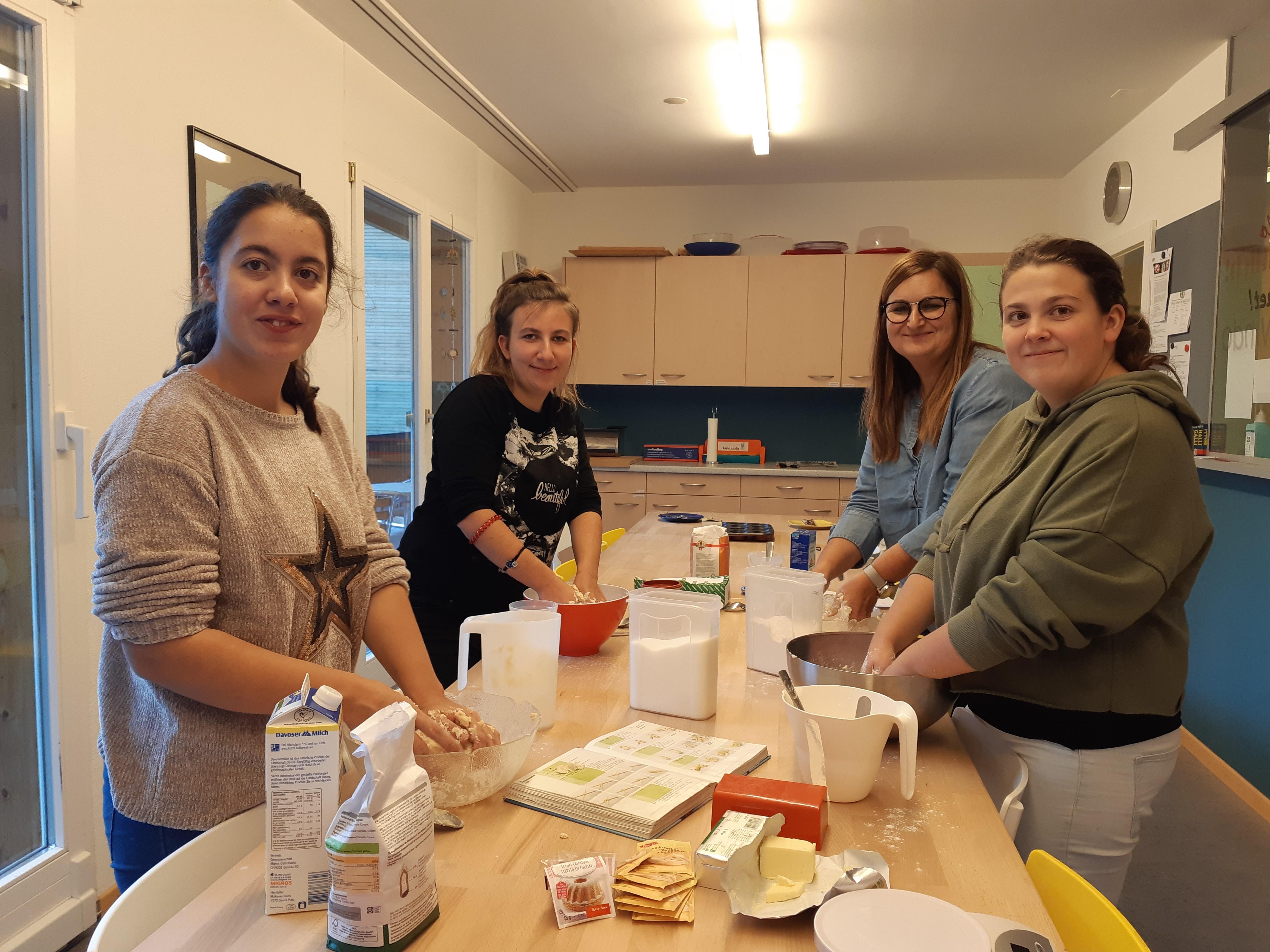 Herbstblockwoche In Luzern: 4 Junge Frauen Bei Der Zubereitung Von Speisen In Der Küche