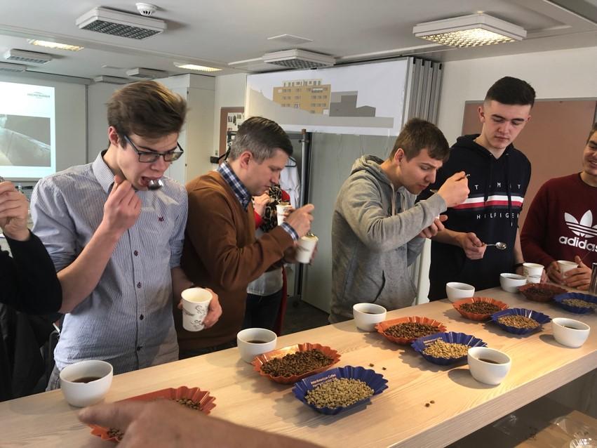 Winterblockwoche: Jugendliche Bei M Degustieren Von Kaffee