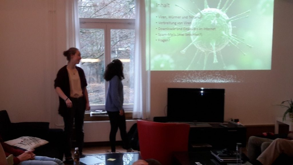 La Capriola Workshop Medienkompetenz: 2 Jugendliche tragen eine Präsentation vor