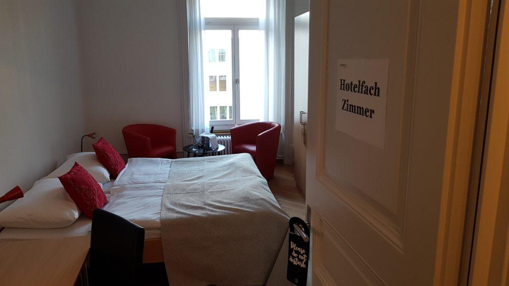 Hotelfach Zimmer mit Doppelbett