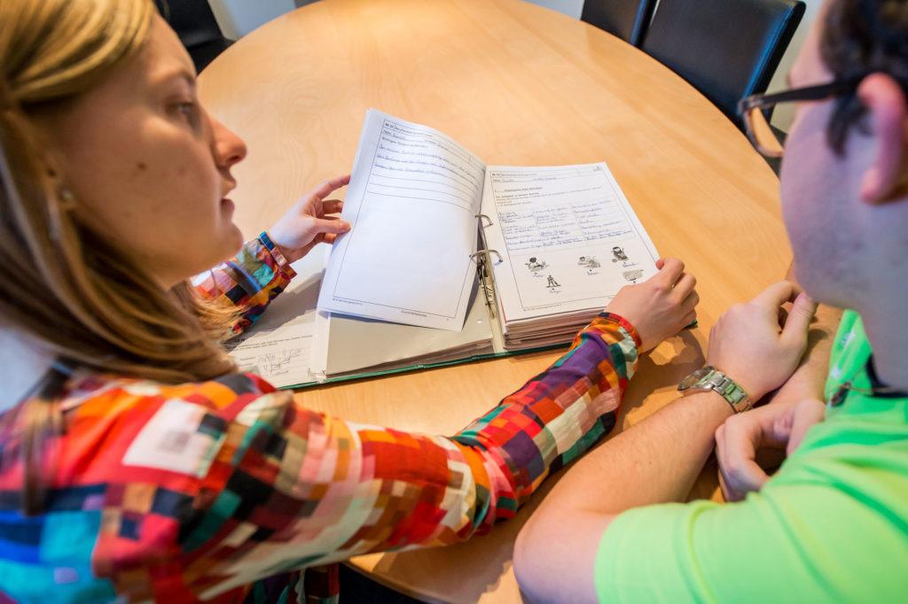Momentaufnahme Auszubildenden lernen etwas mit einem Ordner