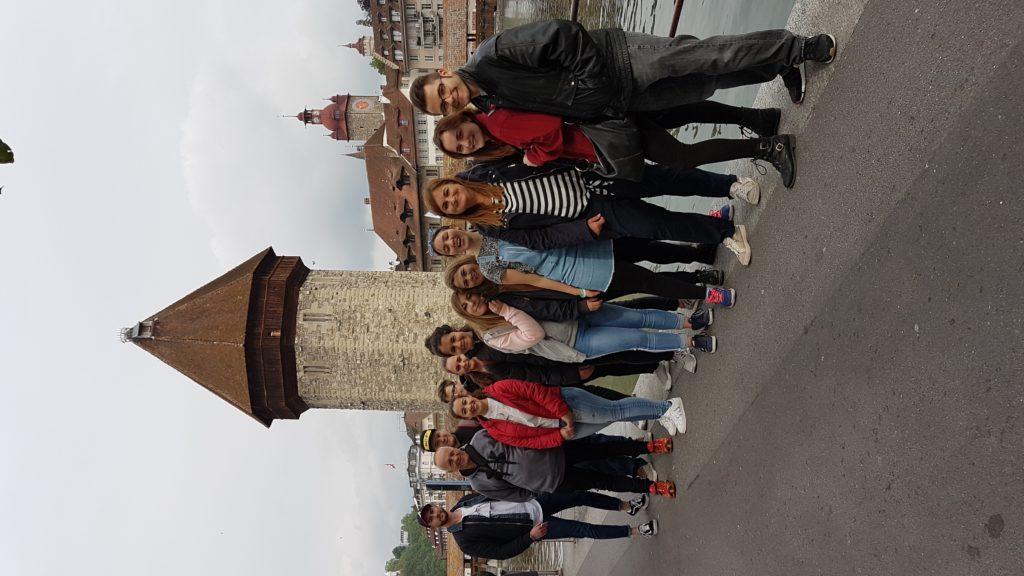Jugendliche vor der Kappelerbrücke in Luzern