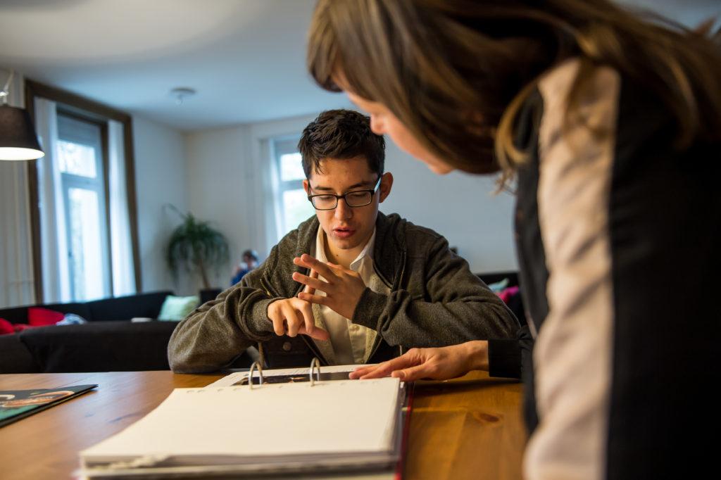Auszubildender der La Capriola Stiftung beim Lernen mit einer Betreuungsperson