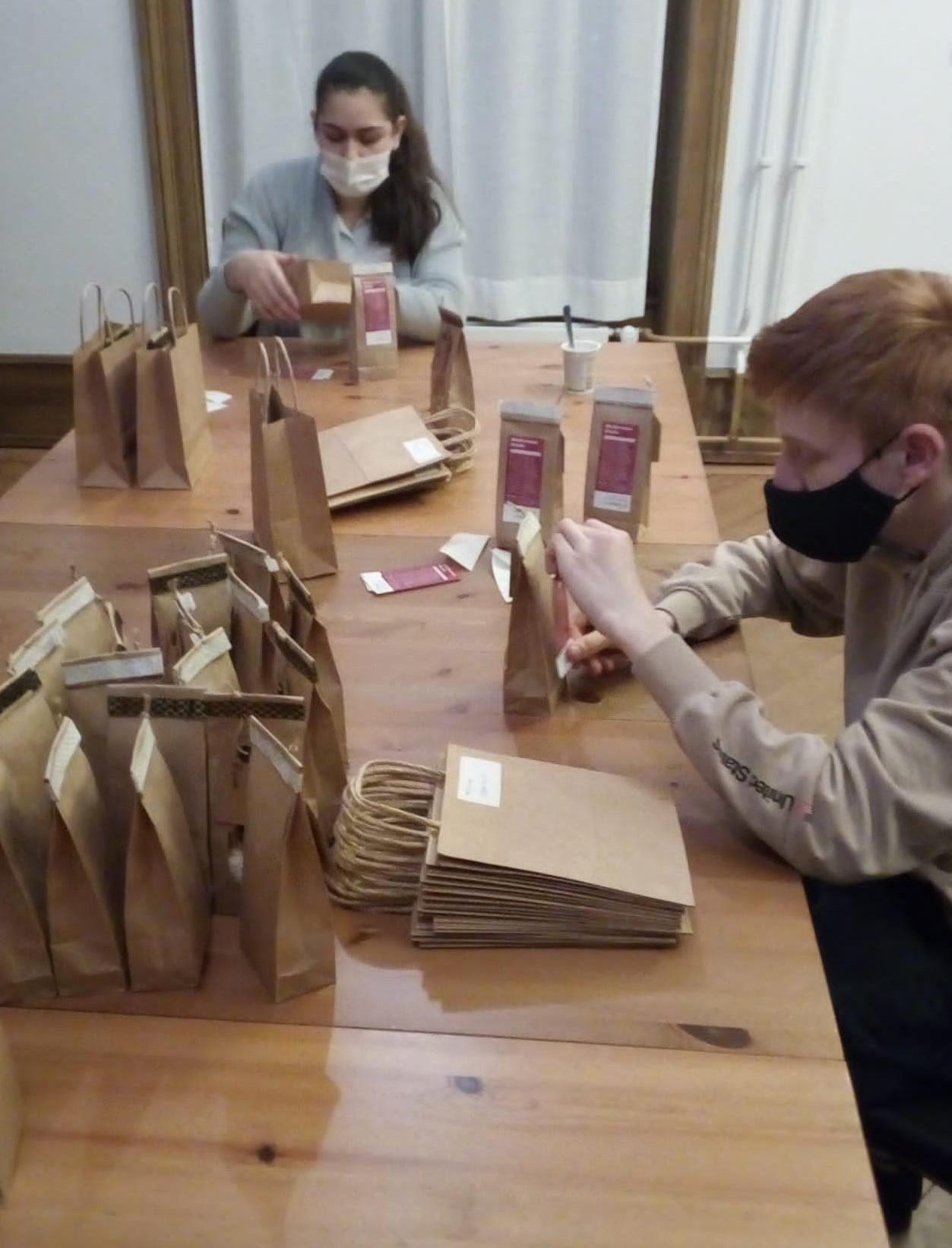 Weihnachtspäckchen Abpacken
