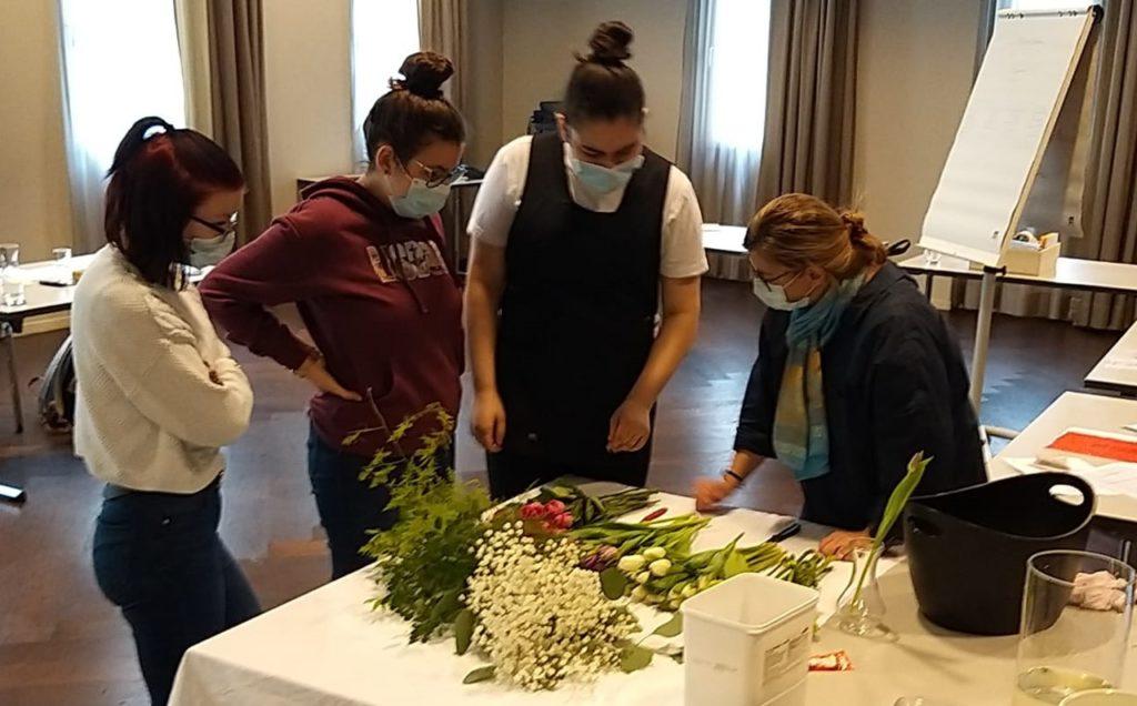 Blumensträuse machen beim überbetrieblichen Kurs Hauswirtschaft
